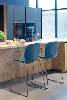 With the RBM Noor, you can truly make it your own. Pick and choose your favourite colours, materials and style to create a chair just for you. RBM Noor Up version for kitchen bar disk, featured here in Tealblue with armrests and Steelgray sledge base. #rbmnoor #homedecor #kitchendesign #kitchendecor