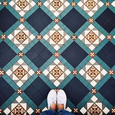 Most amazing selfeet photography around the world // Fotografías sorprendentes de suelos alrededor del mundo #Selfeet #Floor #ihavethisthingwithfloors #architecture #design #shoes #art #city #hiddengems #photography