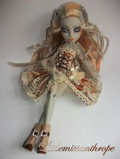 Pietra Grottesco has been rerooted and had her oufit made by me. The shoes are Bratz so i had to cut off her feet! Monster High Clothes, Custom Monster High Dolls, Monster Dolls, Monster High Repaint, Custom Dolls, Ooak Dolls, Art Dolls, Barbie Dolls, Monster High Ghoulia