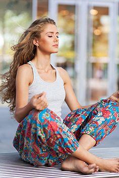 Pranayama bringt Körper und Geist durch verschiedene Atemübungen in Einklang. Doch warum wird im Yoga so ein großer Wert darauf gelegt? Jetzt mehr erfahren!