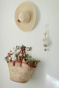 All kinds of decoration and decoration ideas as design, design free of charge are published on our website. You can come to our website to come up with designs that can bring ideas to your ideas para decorar y aprovechar las flores secas decor decor Home Decor Baskets, Spray Roses, Flower Basket, Home Decor Styles, Vintage Decor, Dried Flowers, Jute, Decorating Your Home, Flower Arrangements