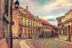 🌍 Город Кулдига (150 км от г. Рига)  В сердце исторического региона Курземе, на реке Вента, расположился красивый провинциальный городок Кулдига. Он по праву считается одним из самых живописных городов Латвии, ведь именно здесь, на небольшой территории, можно встретить массу удивительных достопримечательностей Латвии — например, летающую рыбу, крупнейший в Европе водопад, пещерный лабиринт и старинные дворцы.  Что посетить в Латвии, если вы приехали или оказались проездом в городке Кулдига?…