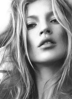 Cali summer style-barely there make up + beachy hair:Kate Moss