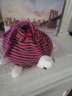 turtle bag. to put candy and more!It opens with two lanyards purple. I used red cloth to an old pajamas. White fleece fabric. recycled lanyards and a sweatshirt