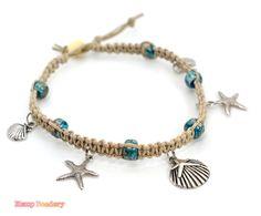 Bracelet de charme de chanvre faite avec cordon chanvre naturel, étoile de mer et breloques metal de la coquille en alliage et perles de verre crow. Le bracelet de cheville peut être enlevé avec une perle et boucle déployante ou il peut être fait avec deux bouts de lier si vous préférez.  Ce bracelet de cheville peut être fait dans nimporte quelle corde de chanvre de couleur que vous aimez et vous pouvez choisir la longueur et la couleur lorsque vous extrayez.  ❀ **** ❀ **** ❀  Mesure de…