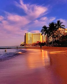 Give some love to a friend's account who took this gorgeous shot of his morning walk in Waikiki. I'm so jealous and need to go back to Hawaii soon!  by @tmphotoworld  #waikikibeach #waikiki #hawaii #hawaiianislands #oahu #sunrise