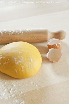 setacciate insieme le due farine e tenetene da parte uno o due cucchiai perché a seconda della dimensione dell'uovo questo potrebbe richiedere più o meno farina, quindi se serve aggiungetela tutta altrimenti no. Impastate gli ingredienti il più possibile. Dovrete ottenere un composto omogeneo e liscio. La pasta è pronta quando sulla superficie noterete delle piccole bollicine. A questo punto stendetela in una sfoglia molto sottile. La tradizione bolognese vuole che la sfoglia sia abbastanza…