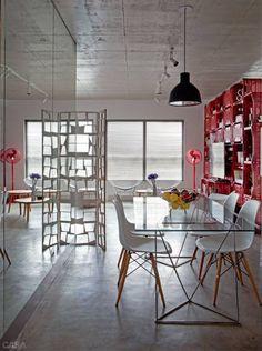 O casal de arquitetos escolheu morar num apartamento sem paredes internas.A única fronteira entre sala e quarto é um móvel construído com caixotes plásticos.