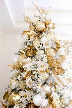 Beautiful White and gold christmas tree  #whiteandgold #christmas #holidaydecorating #whitegoldchristmas #christmasbedroom #christmasdecor #mastersuite #whitebedroom #elegantchristmasdecor #bedroomchristmastree #masterbedroom #whitechristmastree #christmasdecor #holidaydecor #goldgarland #goldchristmastree