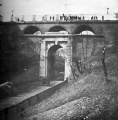 The original Archway Bridge in North London. This photo was taken in 1895 just a few years before it was demolished. It is said that the people on top of the bridge are mostly school children from the nearby St Aloysius School.