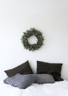 Minimalist christmas gift ideas for home decor Decoration Inspiration, Interior Inspiration, Home Bedroom, Bedroom Decor, Bedrooms, Beautiful Christmas Decorations, Minimalist Christmas, Merry And Bright, Christmas Inspiration