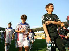 [ J2:第8節 千葉 vs F東京 ] 昇格争いのライバルと目される千葉に完敗を喫したF東京。写真は試合後に肩を落とすF東京の選手たち。  2011年4月24日(日):フクダ電子アリーナ