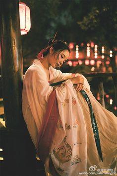 #汉服摄影# #成都约拍# 出镜@七味酥 妆发 小苏的朋友 摄影@迦兰叻芽菜 后期原PO 被小苏美哭了。衣服也是美美的。