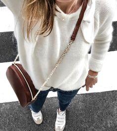 On aime lorsque pull moelleux tout blanc et petit sac en cuir marron se portent en duo (photo Theworkinggirl)