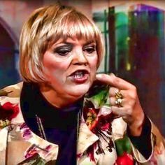 ❌❌❌  Wenn man als Partei, in diesem Fall die Grünen, eine Gestalt wie die Claudia Roth in den eigenen Reihen hat, mag das verzeihlich sein. In ihrer Funktion als Bundestagsvizepräsidenten ist sie jedoch eine echte Zumutung. So mancher Streifen mit ihr, wäre als unlustige Satire vielleicht noch tragbar. Mal wieder so eine Peinlichkeit auf geschnappt. ❌❌❌ #Roth #Grundgesetz #Asyl #Grüne #Deutschland #Flüchtlingskrise
