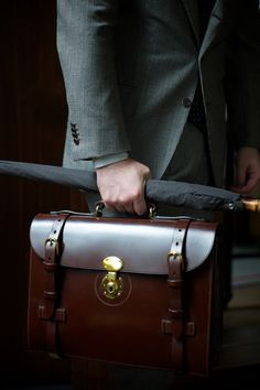 Naoyuki Komatsu's leatherworks company, Ortus, produces the stunning 'Hazel' briefcase. A must-have for the modern gentleman. Der Gentleman, Gentleman Style, Sharp Dressed Man, Well Dressed Men, Elisabeth I, Sac Week End, Style Masculin, Sport Outfit, Mein Style