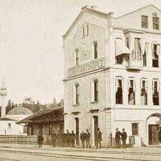 1870'li yıllarda trenle #istanbul 'a gelenler bu fotoğraftaki yerde iniyorlardı. Tanıyamadınız büyük ihtimalle. Burası Eski Sirkeci Garı. Yani şimdiki gardan önce kullanılan yapı. #1870s
