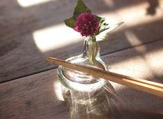 てぃーちレスト 「てぃーち」とは沖縄の数え方で「1つ」を表します。一輪挿しと箸置きがいっしょになった箸置きです。水も入りますので生花も生けられます。おもてなしや気分を変えたい時に。様々なシーンでお楽しみいただけます。<取扱 平岩愛子>
