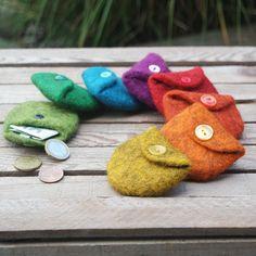 Kleine Filz-Geldbörse in dem ihr Münzen und gefaltete Geldscheine einfach verschwinden lassen könnt. Ideal auch für Kinder im Kindergarten oder Schule.
