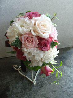 ピンクベージュとホワイト、アンティークピンクのブーケ http://relier-fleurs.com/