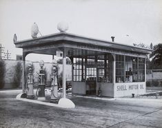 Roxana Petroleum Corporation Shell Oil Company, Old Gas Stations, Oil Industry, Gas Pumps, Oil And Gas, Black And White Pictures, Garages, Type 3, Building