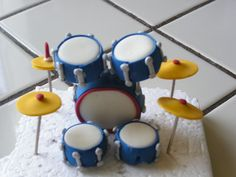 Modeling chocolate drum set Modeling Chocolate Figures, Drum Cake, Fondant Toppers, Cool Birthday Cakes, Fimo Clay, Drums, Biscuits, Wedding Cakes, Food And Drink
