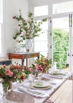 Small mixed arrangements and an Antonino Piscitello vase filled with almond and crape myrtle branches bring the outside in. Floral design by Kim Starr Wise. Find tips for arranging with branches. Spring Colors, Spring Flowers, Due South, Creole Cottage, Spring Flower Arrangements, One Bed, Hand Painted Plates, Ceiling Medallions, Interior Design Studio