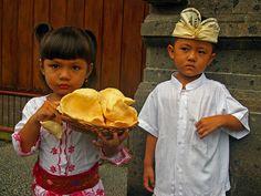 Bali kent vele tradities en van jongs af aan nemen kinderen al deel aan de ceremonies en gebruiken van het geloof op dit fascinerende eiland.