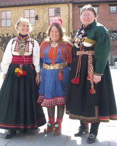 Magasinet Bunad : Enda en flott Bunad-dag på Norsk Folkemuseum i 2006 Kvinne fra Kautokeino flankert av to øst-telemarkinger. -------------------------------------------- саамский костюм в центре Folk Costume, Costumes, Norwegian Vikings, Going Out Of Business, Midnight Sun, Love My Family, My Heritage, Traditional Outfits, Vintage Photos