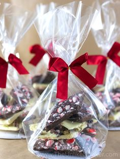 Get creative this Christmas with homemade chocolate bark! They're fun, easy to do and make for thoughtful presents. Homemade Chocolate Bark, Homemade Truffles, Homemade Sweets, Homemade Candies, Chocolate Gifts, Christmas Brunch, Christmas Baking, Christmas Cookies, Candy Store Display