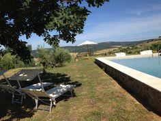 La piscina è  in cima ad una collina. La vista è molto piacevole.