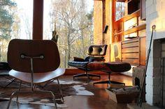 Meer Eames Lounge chairs: De #Eames Low #Chair Wood is net als de 670 ontworpen met behulp van technologie voor het vormen van multiplex. De laag zittende #fauteuil was misschien uiteindelijk wel de basis voor de Eames Lounge 670.