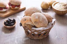 La puccia salentina alle olive (uliata) è un pane tipico pugliese, arricchito nell'impasto con olive in salamoia