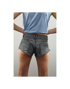 Votre short jeans original et unique, délavé à la roche volcanique.