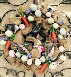 Hecho a mano por Celine de Celines creaciones. Tengo 2 primavera / coronas de Pascua escoges #1 conejo con huevos o #2 con 3 bunnys. 22 x 22 con alambre, arpillera, cinta de huevos y bunnys. Ambos de estos corona en cuanto a todos de mi guirnalda de Celines creaciones son uno de una clase.