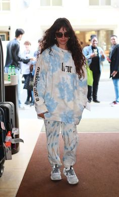 We Now Crown Camila Cabello Queen of the Oversize Tie-Dye Hoodie United nations complemento que Bleach Tie Dye, Tye Dye, Style Outfits, Fashion Outfits, How To Tie Dye, How To Wear, Camilla, Tie Dye Sweatshirt, Winter Fits