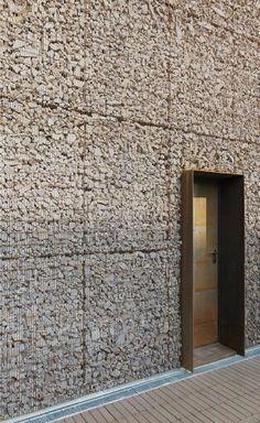 Sechs Wohneinheiten in Reihe in Sesto San Giovanni, Sesto San Giovanni, 2014 - Gino Guarnieri Architects, Architekt Studio Roberto Mascazzini - Facade Architecture, Contemporary Architecture, Facade Design, Exterior Design, Patio Design, Gabion Wall, Casas Containers, Brick And Stone, Stone Walls