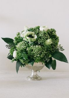 All Green Centerpieces Deco Floral, Arte Floral, Floral Design, Green Flowers, Beautiful Flowers, Simply Beautiful, White Flowers, Green Centerpieces, Wedding Centerpieces