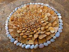 Arte con hojas y piedras Las esculturas de estas fotografías han sido realizadas por el alemán Dietmar Voorwold.
