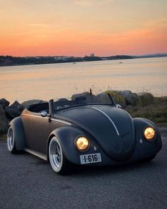 A very special Vw bug 🙂 Love the low widescreen 💪 . 🚘 📷… A very special Vw bug 🙂 Love the low widescreen 💪 . Cars & Bike's Hot Rod Autos, Dream Cars, Carros Bmw, Vw Cabrio, Modified Cars, Vw Beetles, Beetle Bug, Amazing Cars, Car Car