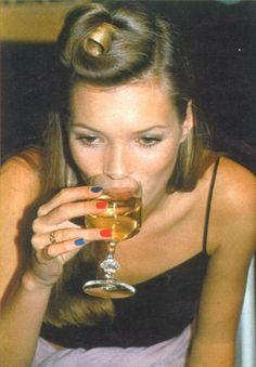 multicolored nails + 90's + Kate Moss + hair   Afinal as unhas já se usavam assim nos anos 90 xD