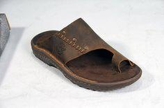 O GIu tem pés lindos. Combina com ele usar sandálias elegantes! Mas eu ainda não o convenci rsrsr Toe Loop Sandals, Men Sandals, Stylish Sandals, Shoe Closet, Birkenstock, Men's Shoes, Slippers, Footwear, Clothes For Women