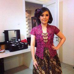 Kutu baru and parang skirt, classic in modern way Kebaya Lace, Batik Kebaya, Kebaya Dress, Batik Dress, Lace Dress, Dress Brokat, Model Kebaya Brokat Modern, Modern Kebaya, Batik Fashion