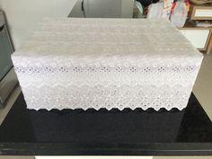 Caixa decorada com renda para suporte para o bolo