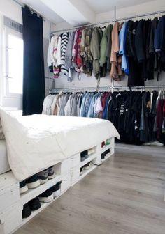O vão que fica entre os paletes da cama pode funcionar com uma sapateira.
