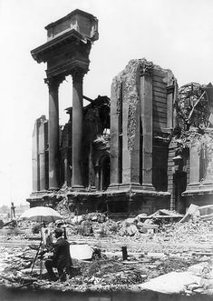 Unknown artist painting a picture of the ruins of San Francisco's City Hall after the earthquake and fire of 1906 San Francisco Earthquake, San Francisco City, Historical Pictures, Pictures To Paint, Artist Painting, The Great Outdoors, Old Photos, American History, Illustrations