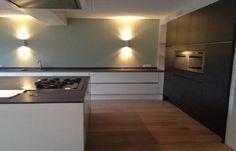 Keuken hoogglans wit en zwart met eiken schappen | mdenhertog.nl