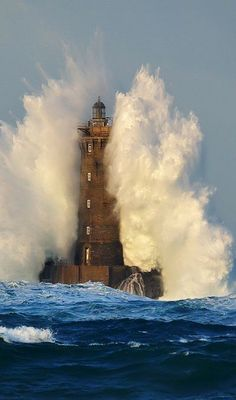 "coisasdetere: "" Deniz Fenerleri - Lighthouse - Le Phare du Four. Lighthouse Storm, Lighthouse Art, Lighthouse Lighting, Lighthouse Pictures, Stormy Sea, Beacon Of Light, Water Tower, Ocean Waves, Big Waves"