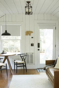 This North Carolina Cottage Is All Sorts of Cute — House Call Lakeside Cottage, Cottage In The Woods, Beach Cottage Style, Beach Cottage Decor, Lake Cottage Decorating, Mountain Cottage, Cottage Ideas, Honeymoon Cottages, Beach Cottages