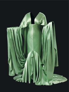 Travis Banton designed this stunning costume for Claudette Colbert in Cleopatra, 1934 in green silk satin. It was one of several wonderful costumes for this Cecil B DeMille epic Hollywood Costume, Hollywood Fashion, Old Hollywood, Hollywood Style, Vintage Gowns, Vintage Outfits, Vintage Fashion, 1930s Fashion, Edwardian Fashion